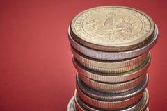 在硬币的不同的种类在红色背景 宏观细节 免版税库存图片