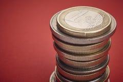 在硬币的不同的种类在红色背景 宏观细节 Ho 免版税库存图片