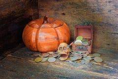 在硬币的头骨在万圣夜在老葡萄酒木背景的天概念 与拷贝空间的静物画样式增加文本 免版税库存照片