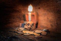 在硬币的头骨有烛光在万圣夜在老葡萄酒木背景的天概念 与拷贝空间的静物画样式增加tex 免版税库存图片