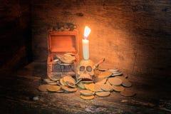 在硬币的头骨有烛光在万圣夜在老葡萄酒木背景的天概念 与拷贝空间的静物画样式增加tex 免版税图库摄影