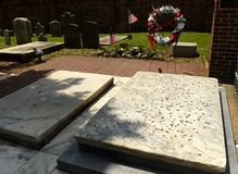 在硬币盖的本杰明和德伯富兰克林坟墓在基督C 库存照片