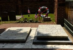在硬币盖的本杰明和德伯富兰克林坟墓在基督C 免版税库存照片