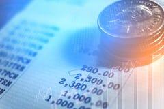 在硬币行的图表财务和银行业务概念的 免版税库存照片