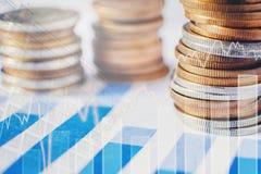 在硬币行的在数字式股票的图表财务的和银行业务 免版税库存照片