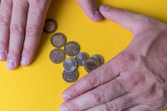 在硬币附近的男性手 货币保护您 缺钱 费用计划  免版税库存照片