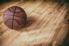 在硬木3的篮球 图库摄影