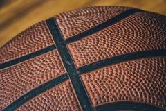 在硬木4的篮球 库存照片