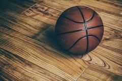 在硬木1的篮球 库存照片