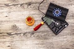在硬盘上的致冷机与螺丝起子比特 库存图片