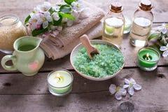 在碗、毛巾、芳香油在瓶和花的海盐在a 库存图片