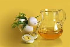 在碗和一个玻璃水罐的水煮蛋 免版税库存照片