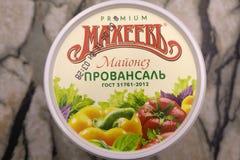 在碗和匙子的可口蛋黄酱在厨房用桌特写镜头-俄罗斯Berezniki 2018年4月12日 库存照片