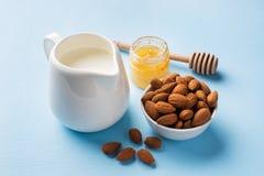 在碗和牛奶的杏仁在桌上 选择聚焦 复制空间 免版税库存图片