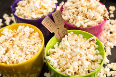 在碗和电影票,电影放映时间概念的玉米花 图库摄影