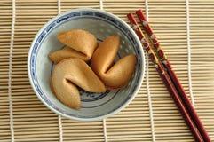 在碗和红色筷子的签饼 免版税库存照片
