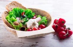 在碗和蕃茄的五颜六色的菜在碗旁边 库存图片
