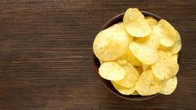 在碗在桌上,顶视图的土豆片 免版税图库摄影