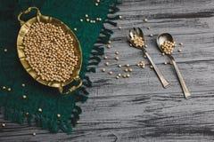 在碗有葡萄酒匙子的,鲜美素食主义者食物的蒸的金鸡豆 库存图片