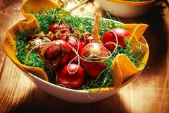在碗特写镜头的复活节彩蛋在土气桌上 免版税库存图片