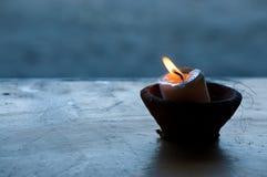 在碗的一个蜡烛 免版税库存照片