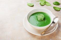 在碗的乳脂状的菠菜汤 健康和饮食食物 免版税库存图片