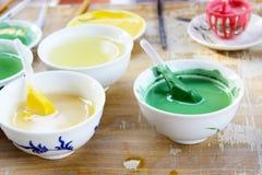 在碗的五颜六色的油漆 图库摄影