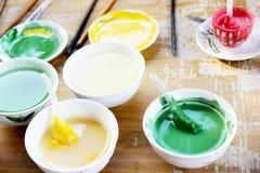 在碗的五颜六色的油漆 库存照片