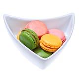 在碗的五颜六色的蛋白杏仁饼干 库存照片