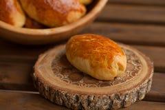 在碗的传统俄国小馅饼 免版税库存图片