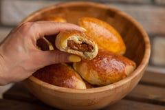 在碗的传统俄国小馅饼 免版税库存照片