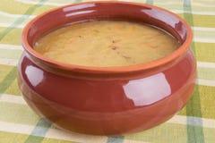 在碗的传统新鲜的浓豌豆汤 免版税库存照片