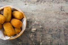 在碗的传统油煎的西班牙croquetas炸丸子 库存图片