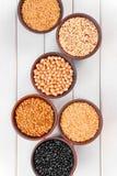 在碗的健康各种各样的谷物在木桌上 免版税图库摄影