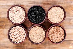 在碗的健康各种各样的谷物在木桌上 图库摄影