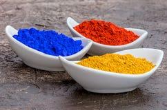 在碗的充满活力的颜色颜料 库存图片