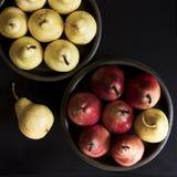 在碗的几个黄色和红色梨 库存图片