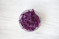 在碗的切好的红叶卷心菜,特写镜头 免版税图库摄影