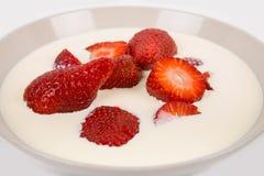 在碗的切的ââred成熟草莓 免版税库存照片