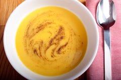 在碗的南瓜和韭葱汤 库存图片