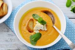 在碗的南瓜奶油色汤 免版税库存照片