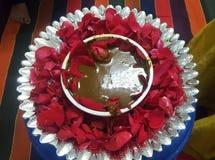 在碗的印度人Mehandi婚礼的 库存照片
