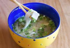在碗的可口传统日本大酱汤 免版税库存照片