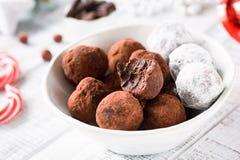 在碗的可口块菌状巧克力和圣诞节巧克力糖 免版税库存图片