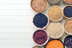 在碗的各种各样的豆类 图库摄影