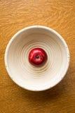 在碗的唯一红色苹果 免版税库存图片