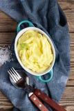 在碗的土豆泥在木土气背景 免版税库存图片