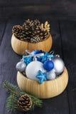 在碗的圣诞节首饰在木背景 库存照片