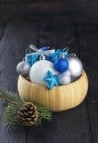 在碗的圣诞节首饰在木背景 免版税图库摄影