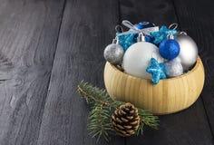 在碗的圣诞节首饰在木背景 免版税库存图片
